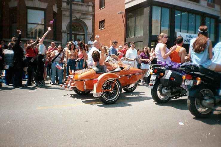 Bead throwing sidecar girl. (click for next photo)