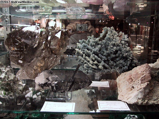 Dave's Rock Shop: Large prize stones. (click for next photo)