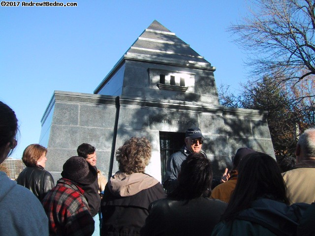 Graceland Cemetery: Tour group.